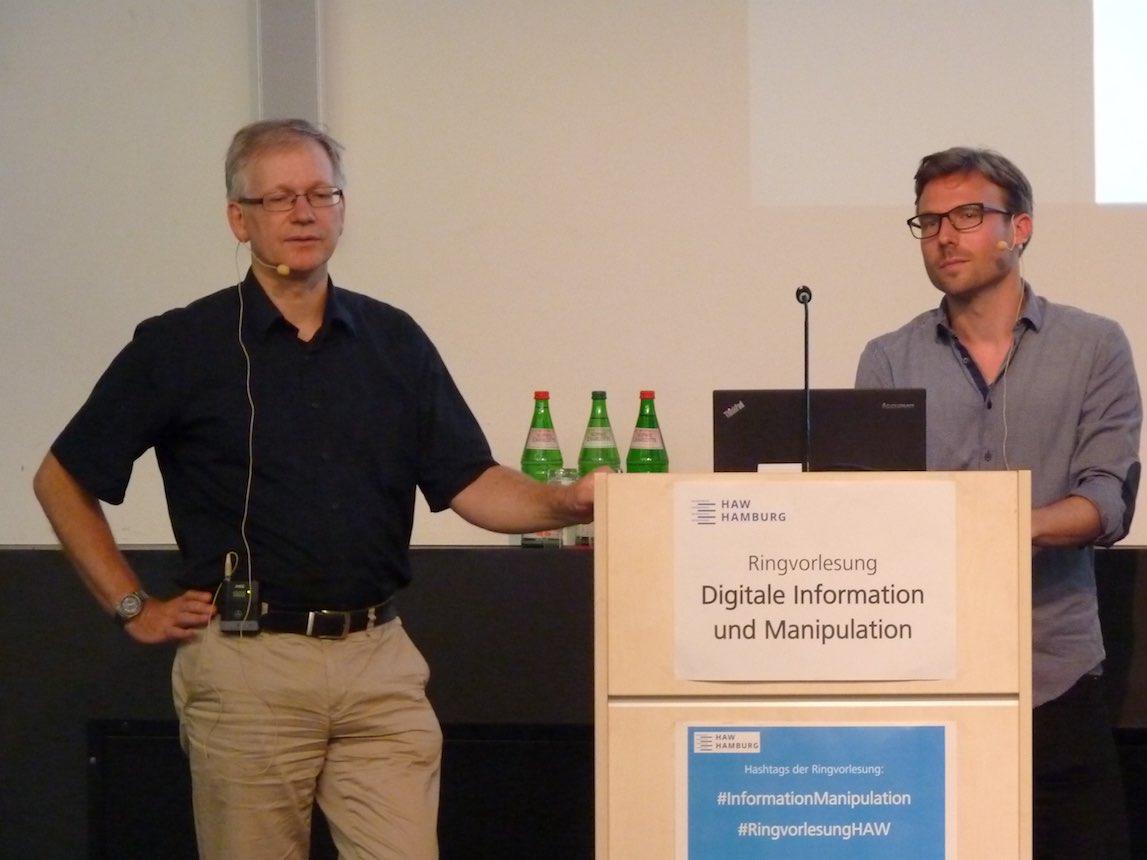 Bruno Schmidt aus Hamburg zusammen mit dem Hamburgischen Datenschutzbeauftragten Ulrich Kühn an der HAW